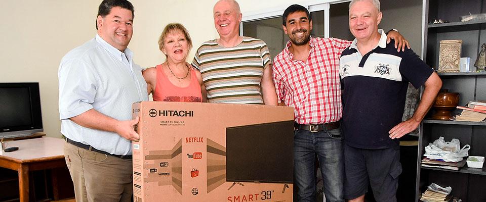 El intendente Nedela efectuó la entrega del segundo Smart Tv de la campaña #YoContribuyoconBerisso