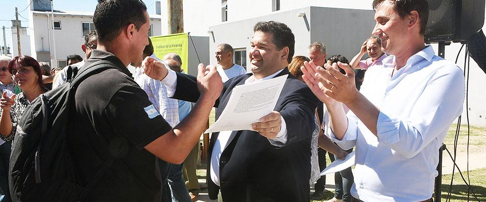 El intendente Jorge Nedela entregó a vecinos de la ciudad las últimas 61 viviendas del Barrio Villa Progreso