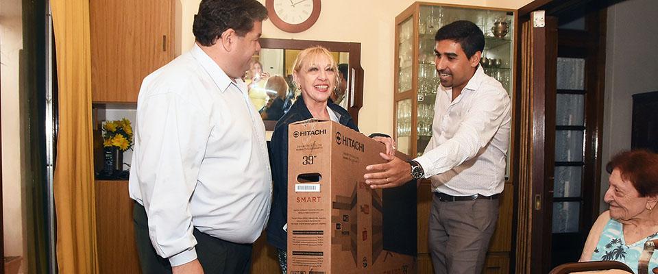 Nedela entregó el tercer Smart TV de la campaña #YoContribuyoconBerisso que premia a quienes están al día con sus Tasas Municipales