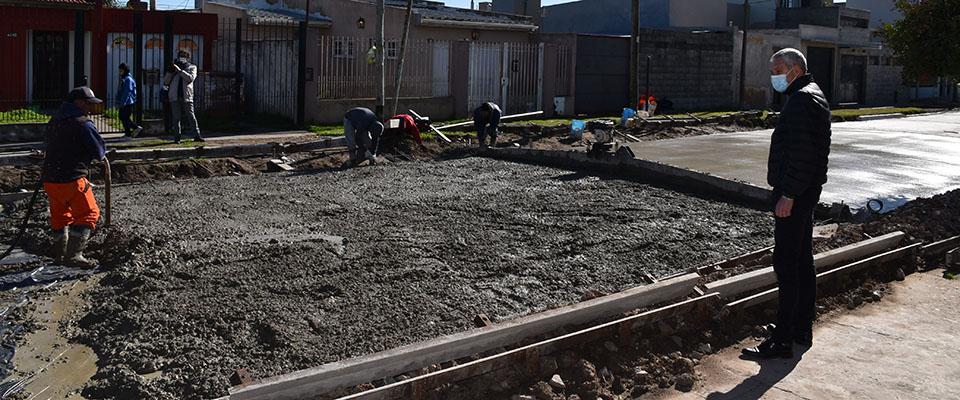 Cagliardi recorrió la obra de asfalto de calle 22