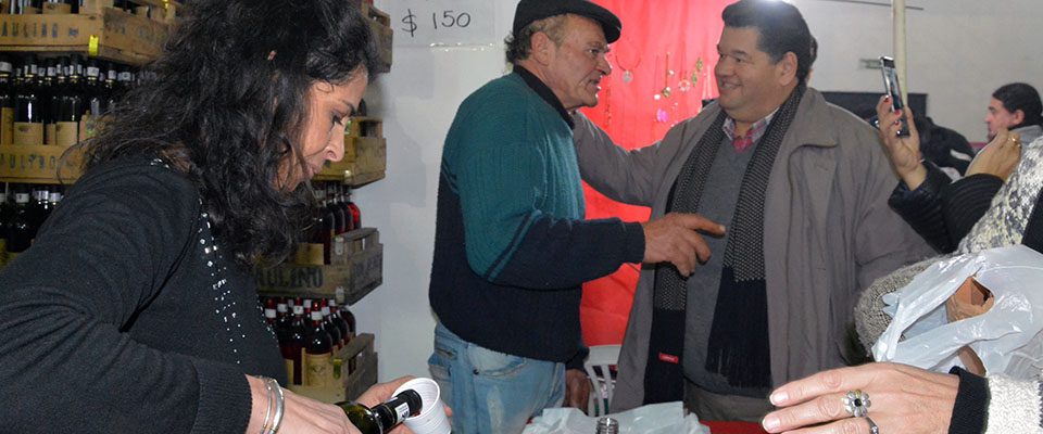 El intendente Jorge Nedela recorrió los puestos de productores en la Fiesta del Vino de la Costa