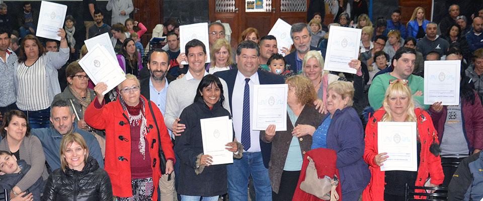 El intendente Nedela participó de la entrega de 67 Escrituras de propiedad a familias de distintos barrios