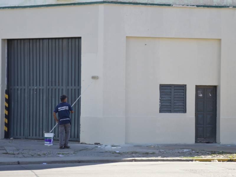Trabajos de pintura exterior en el edificio del Honorable Concejo Deliberante en Avenida Montevideo y 8