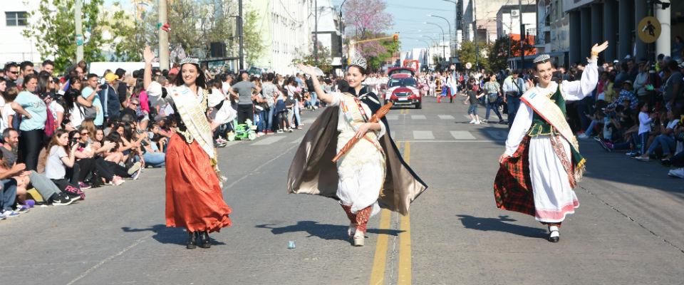 """Con el Desfile Inmigrante, """"Berisso se vistió de Fiesta"""""""