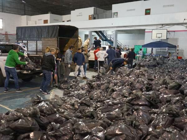 El Municipio entregó alimentos del SAE a escuelas del distrito con la colaboración del Ejército y la Armada Argentina